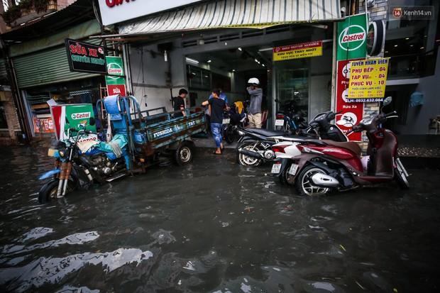 Ảnh: Đường phố Sài Gòn ngập nặng sau cơn mưa, nhiều người đi xe máy suýt té ngã trước đầu ô tô - Ảnh 13.