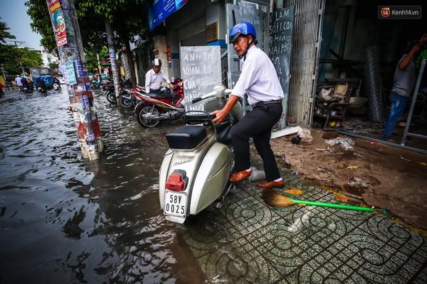 Ảnh: Đường phố Sài Gòn ngập nặng sau cơn mưa, nhiều người đi xe máy suýt té ngã trước đầu ô tô - Ảnh 12.