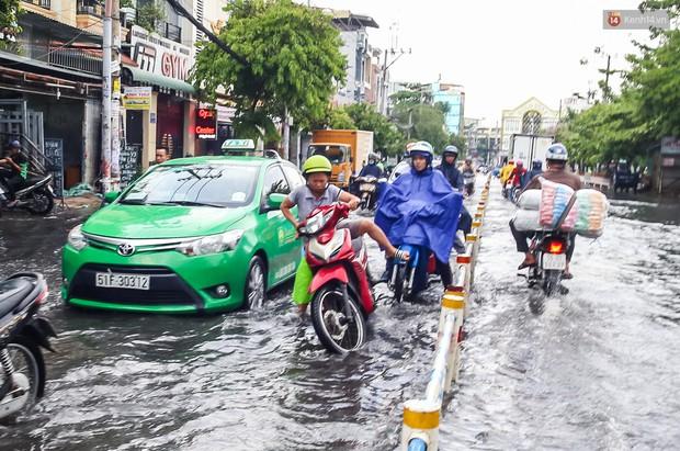 Ảnh: Đường phố Sài Gòn ngập nặng sau cơn mưa, nhiều người đi xe máy suýt té ngã trước đầu ô tô - Ảnh 5.