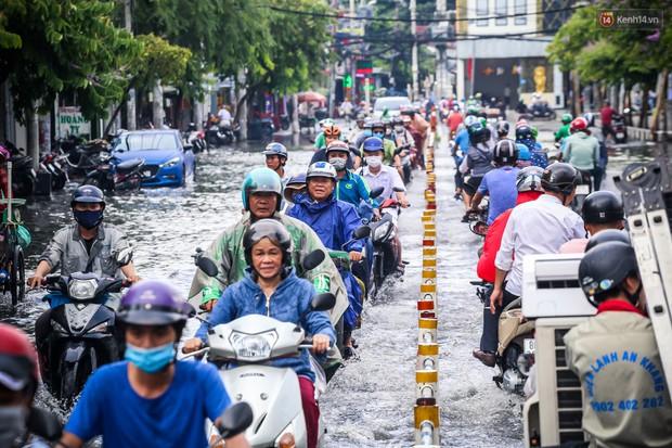 Ảnh: Đường phố Sài Gòn ngập nặng sau cơn mưa, nhiều người đi xe máy suýt té ngã trước đầu ô tô - Ảnh 3.