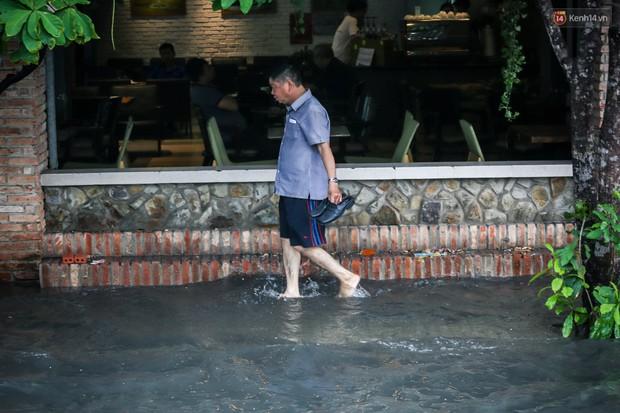 Ảnh: Đường phố Sài Gòn ngập nặng sau cơn mưa, nhiều người đi xe máy suýt té ngã trước đầu ô tô - Ảnh 18.