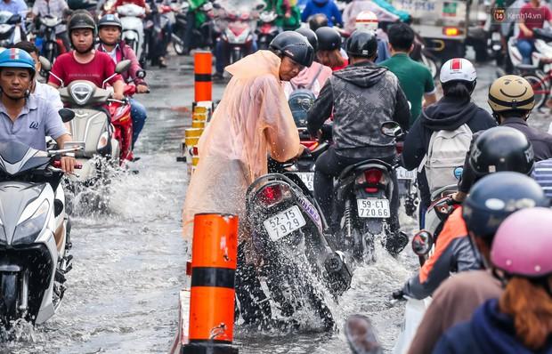 Ảnh: Đường phố Sài Gòn ngập nặng sau cơn mưa, nhiều người đi xe máy suýt té ngã trước đầu ô tô - Ảnh 4.