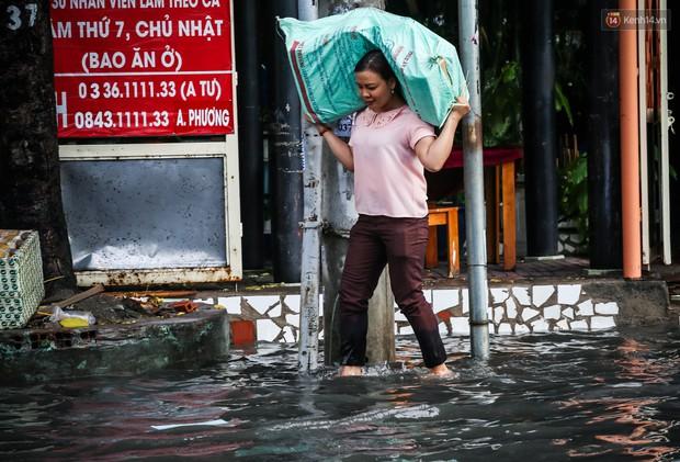 Ảnh: Đường phố Sài Gòn ngập nặng sau cơn mưa, nhiều người đi xe máy suýt té ngã trước đầu ô tô - Ảnh 17.