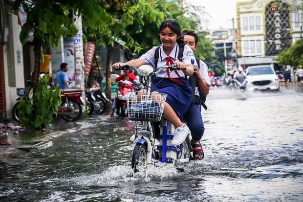 Ảnh: Đường phố Sài Gòn ngập nặng sau cơn mưa, nhiều người đi xe máy suýt té ngã trước đầu ô tô - Ảnh 16.