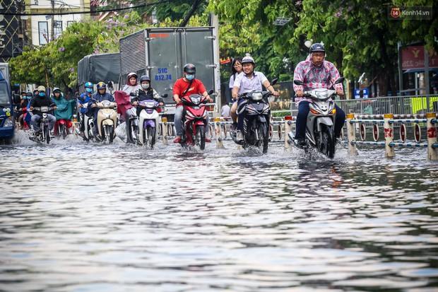 Ảnh: Đường phố Sài Gòn ngập nặng sau cơn mưa, nhiều người đi xe máy suýt té ngã trước đầu ô tô - Ảnh 2.