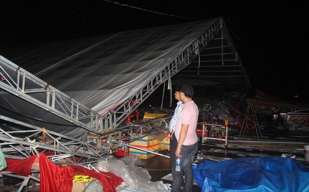 Dông lốc kéo sập hội chợ mua sắm ở Tiền Giang, nhiều người thoát chết trong gang tấc - Ảnh 1.