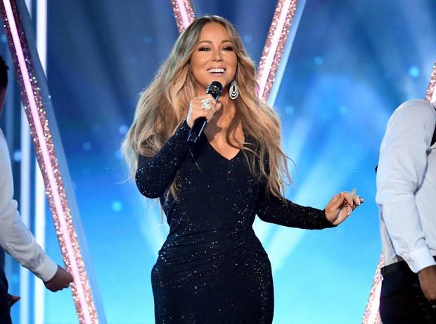 Nhìn xem Mariah Carey phản ứng thế nào trước hành động fangirl đáng yêu của Taylor Swift này! - Ảnh 1.