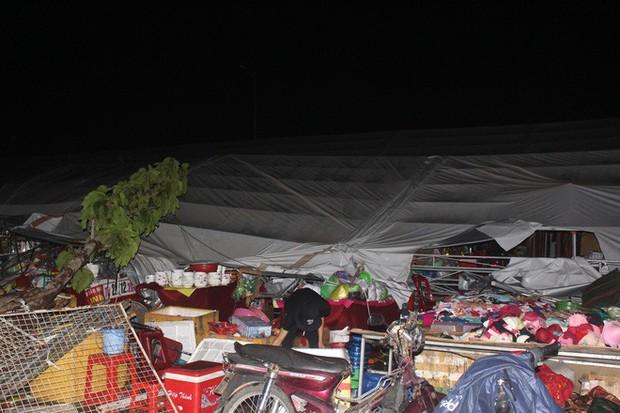 Dông lốc kéo sập hội chợ mua sắm ở Tiền Giang, nhiều người thoát chết trong gang tấc - Ảnh 2.