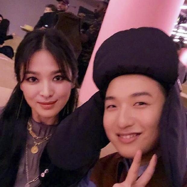 Đây hẳn là kiểu tóc thù truyền kiếp của Song Hye Kyo vì cứ để là lại bị chê già đau đớn - Ảnh 1.