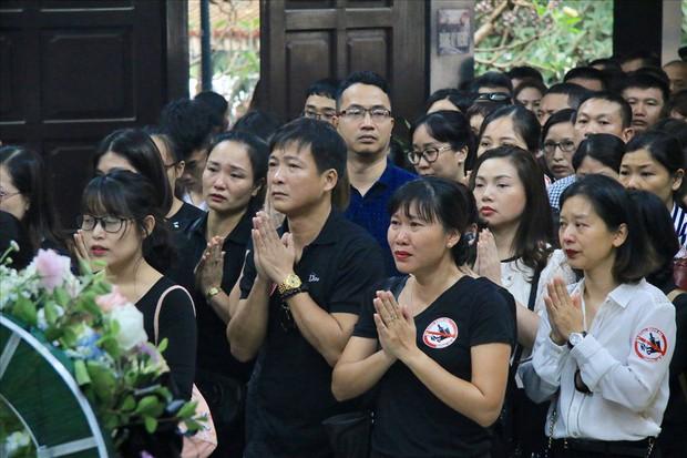 Nhiều thế hệ học trò tiễn đưa cô giáo bị tai nạn hầm Kim Liên - Ảnh 1.