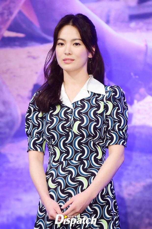 Đây hẳn là kiểu tóc thù truyền kiếp của Song Hye Kyo vì cứ để là lại bị chê già đau đớn - Ảnh 3.