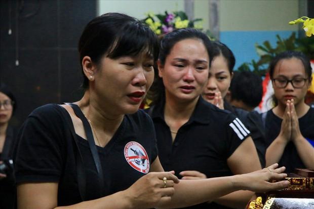 Nhiều thế hệ học trò tiễn đưa cô giáo bị tai nạn hầm Kim Liên - Ảnh 3.