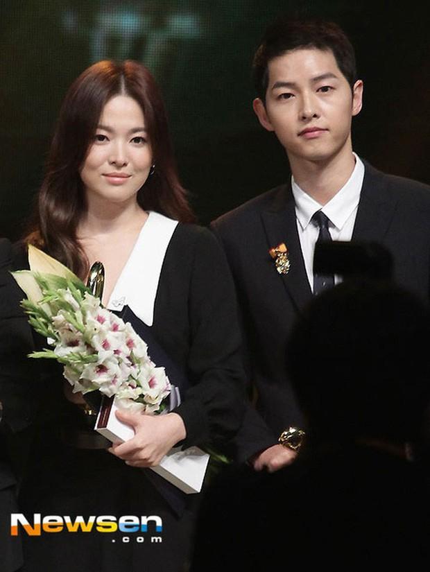 Đây hẳn là kiểu tóc thù truyền kiếp của Song Hye Kyo vì cứ để là lại bị chê già đau đớn - Ảnh 4.