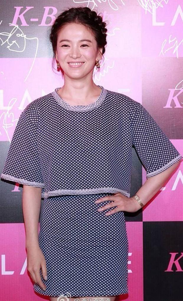 Đây hẳn là kiểu tóc thù truyền kiếp của Song Hye Kyo vì cứ để là lại bị chê già đau đớn - Ảnh 5.