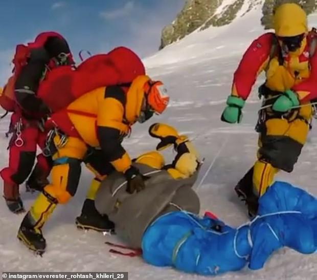 Hình ảnh rợn tóc gáy trong vụ tắc đường trên Everest: Dân bản địa kéo lê xác người đang đông cứng - Ảnh 1.