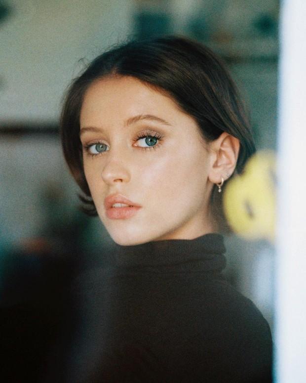 Ái nữ 10X nhà tài tử bom tấn Captain Marvel: 19 tuổi đã đắt show vì đẹp ná thở, được Kate Moss nhận làm con nuôi - Ảnh 1.