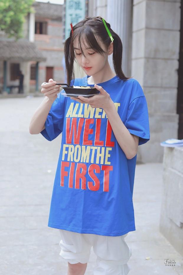 Trịnh Sảng bùng nổ nhan sắc thanh xuân với hình ảnh tóc mái kẹp 2 bên, ăn uống vội vàng gây bão Weibo - Ảnh 1.