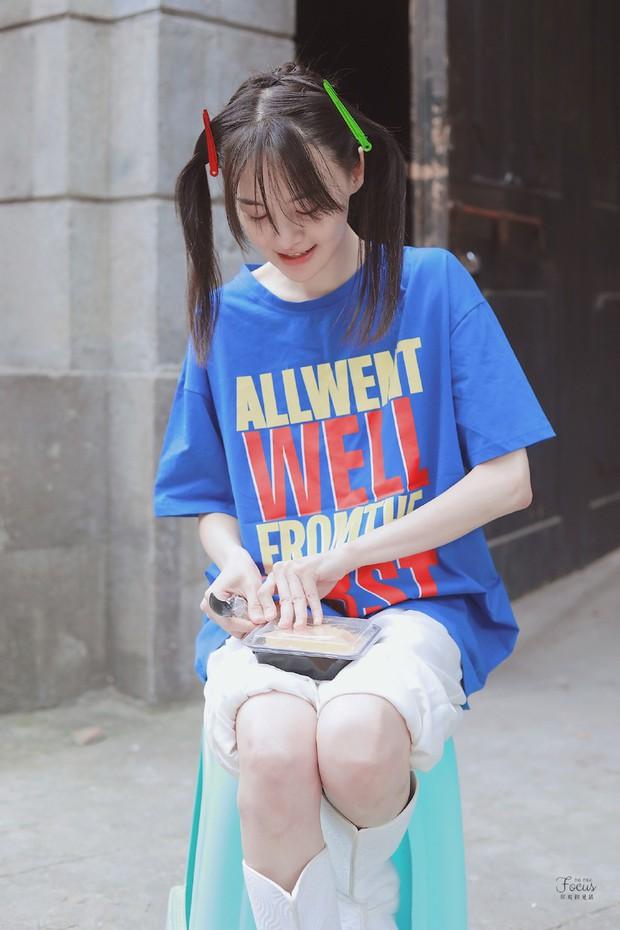 Trịnh Sảng bùng nổ nhan sắc thanh xuân với hình ảnh tóc mái kẹp 2 bên, ăn uống vội vàng gây bão Weibo - Ảnh 2.