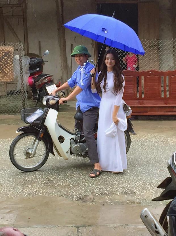"""Nữ sinh gây sốt với bức ảnh """"che mưa cho bố"""": Người đầu tiên đưa mình tới lớp cũng là người chở mình đến ngày bế giảng cuối cùng đời học sinh - Ảnh 1."""