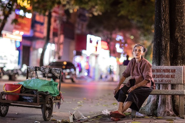 Rơi nước mắt bộ ảnh cụ bà 83 tuổi lưng còng vất vả đi nhặt rác trong đêm để nuôi 2 người cháu ở Bắc Giang - Ảnh 8.