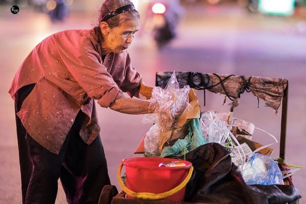 Rơi nước mắt bộ ảnh cụ bà 83 tuổi lưng còng vất vả đi nhặt rác trong đêm để nuôi 2 người cháu ở Bắc Giang - Ảnh 4.