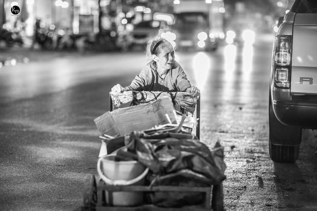 Rơi nước mắt bộ ảnh cụ bà 83 tuổi lưng còng vất vả đi nhặt rác trong đêm để nuôi 2 người cháu ở Bắc Giang - Ảnh 11.