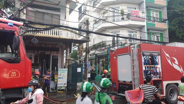 Nhà 3 tầng ở Sài Gòn bốc cháy dữ dội, nhiều người ôm tài sản bỏ chạy tán loạn  - Ảnh 2.