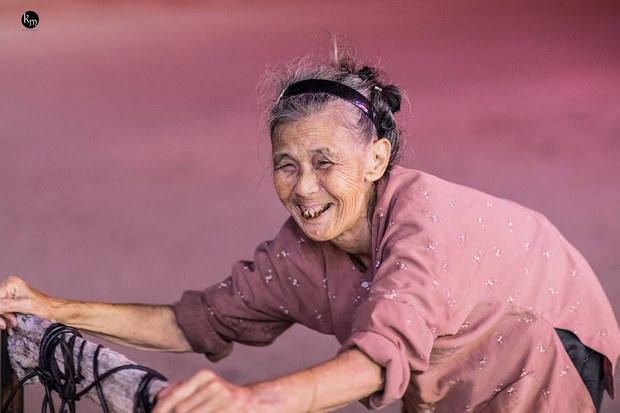 Rơi nước mắt bộ ảnh cụ bà 83 tuổi lưng còng vất vả đi nhặt rác trong đêm để nuôi 2 người cháu ở Bắc Giang - Ảnh 10.