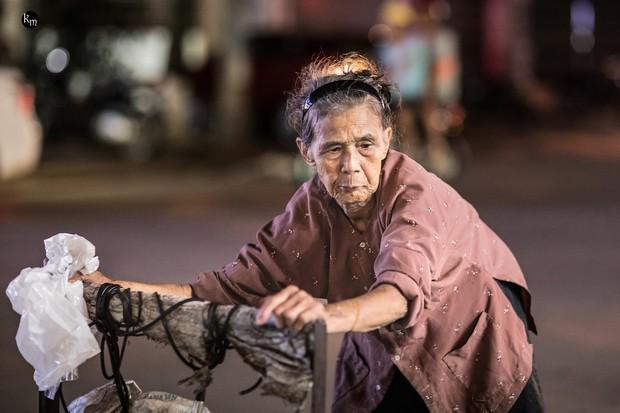 Rơi nước mắt bộ ảnh cụ bà 83 tuổi lưng còng vất vả đi nhặt rác trong đêm để nuôi 2 người cháu ở Bắc Giang - Ảnh 1.