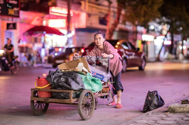 Rơi nước mắt bộ ảnh cụ bà 83 tuổi lưng còng vất vả đi nhặt rác trong đêm để nuôi 2 người cháu ở Bắc Giang - Ảnh 7.