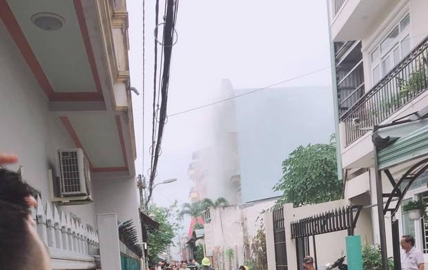 Nhà 3 tầng ở Sài Gòn bốc cháy dữ dội, nhiều người ôm tài sản bỏ chạy tán loạn - Ảnh 1.