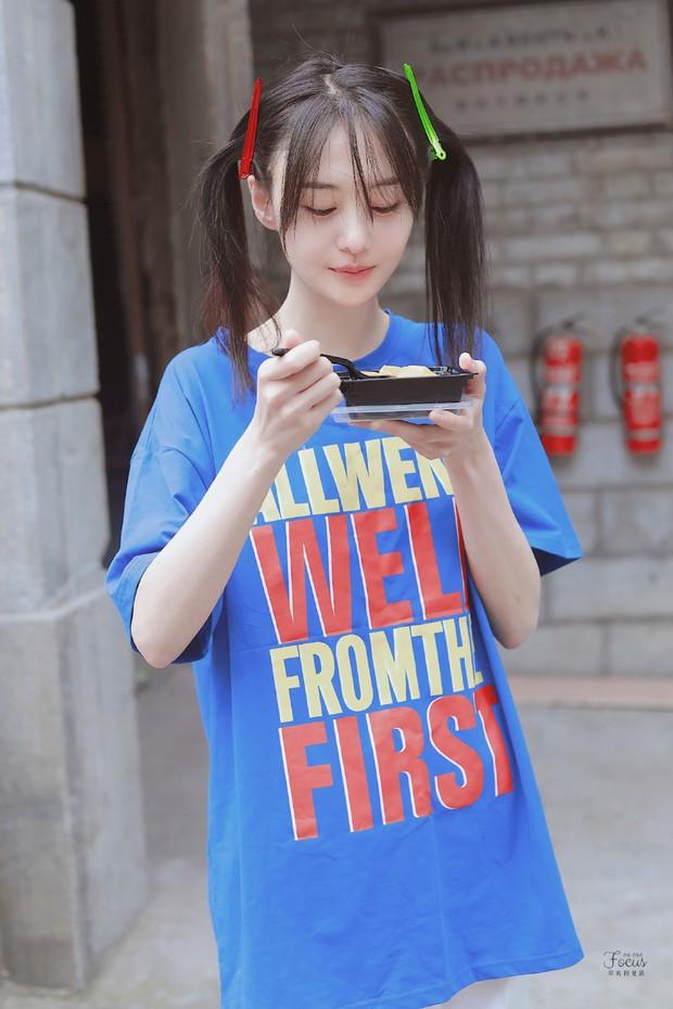 Trịnh Sảng bùng nổ nhan sắc thanh xuân với hình ảnh tóc mái kẹp 2 bên, ăn uống vội vàng gây bão Weibo - Ảnh 3.