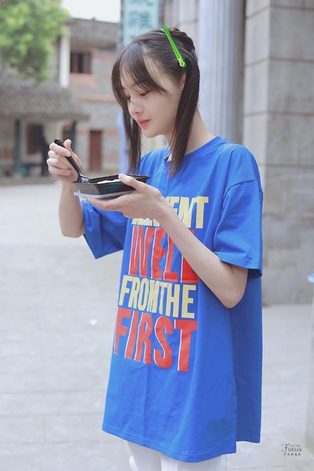 Trịnh Sảng bùng nổ nhan sắc thanh xuân với hình ảnh tóc mái kẹp 2 bên, ăn uống vội vàng gây bão Weibo - Ảnh 5.