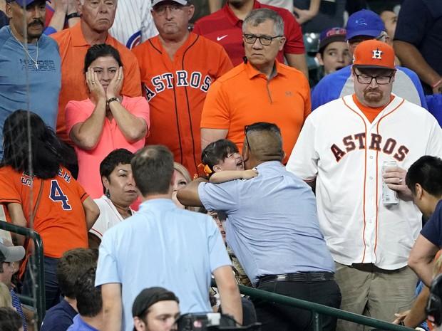 Sao bóng chày quỳ xuống nức nở sau cú đánh lỗi khiến bé gái phải nhập viện khẩn cấp - Ảnh 3.