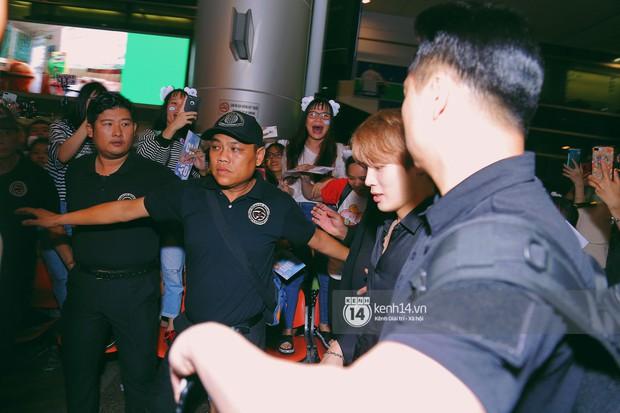 Dàn idol Kpop khiến sân bay Tân Sơn Nhất nổ tung giữa đêm: Mỹ nam Wanna One trắng bật tông, KARD há hốc vì biển fan - Ảnh 5.