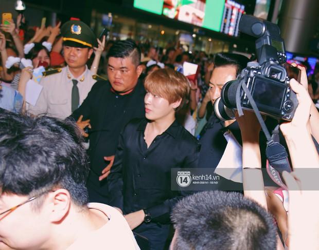 Dàn idol Kpop khiến sân bay Tân Sơn Nhất nổ tung giữa đêm: Mỹ nam Wanna One trắng bật tông, KARD há hốc vì biển fan - Ảnh 4.