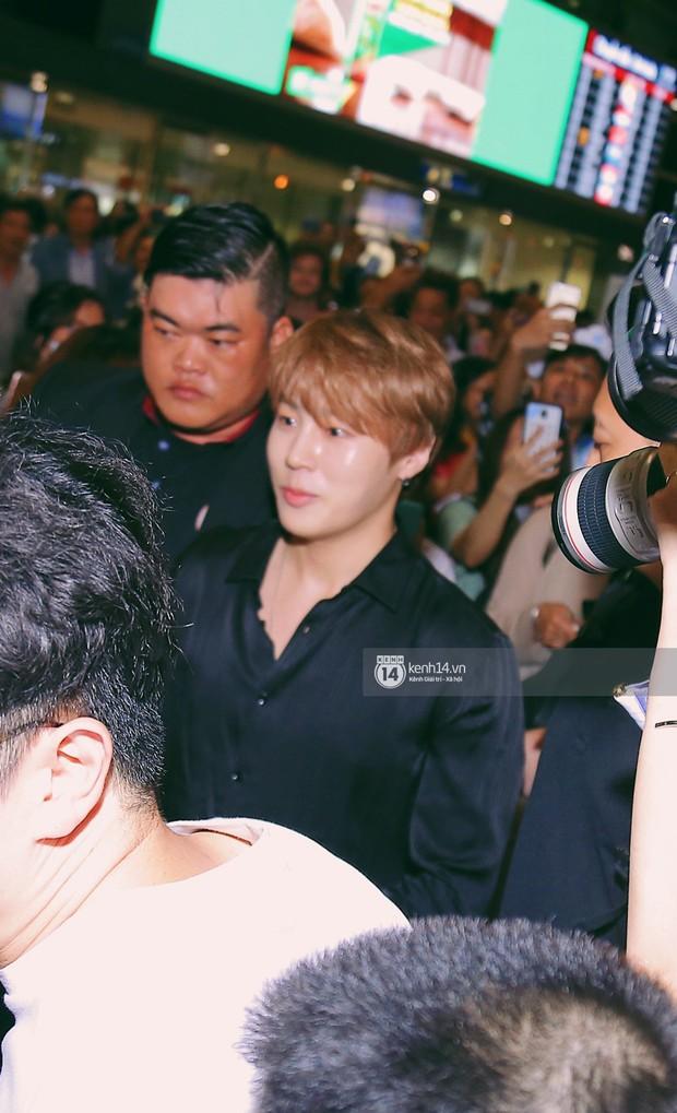 Dàn idol Kpop khiến sân bay Tân Sơn Nhất nổ tung giữa đêm: Mỹ nam Wanna One trắng bật tông, KARD há hốc vì biển fan - Ảnh 6.