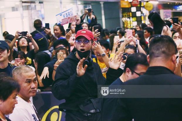 Dàn idol Kpop khiến sân bay Tân Sơn Nhất nổ tung giữa đêm: Mỹ nam Wanna One trắng bật tông, KARD há hốc vì biển fan - Ảnh 10.