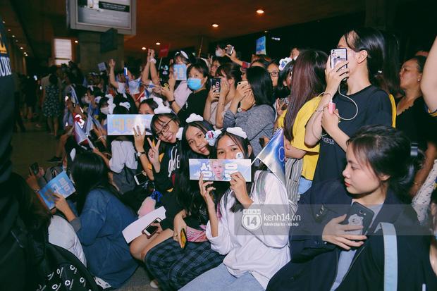 Dàn idol Kpop khiến sân bay Tân Sơn Nhất nổ tung giữa đêm: Mỹ nam Wanna One trắng bật tông, KARD há hốc vì biển fan - Ảnh 13.
