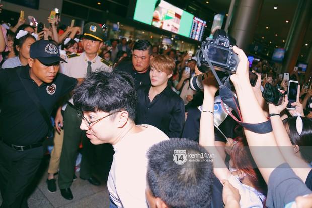 Dàn idol Kpop khiến sân bay Tân Sơn Nhất nổ tung giữa đêm: Mỹ nam Wanna One trắng bật tông, KARD há hốc vì biển fan - Ảnh 3.