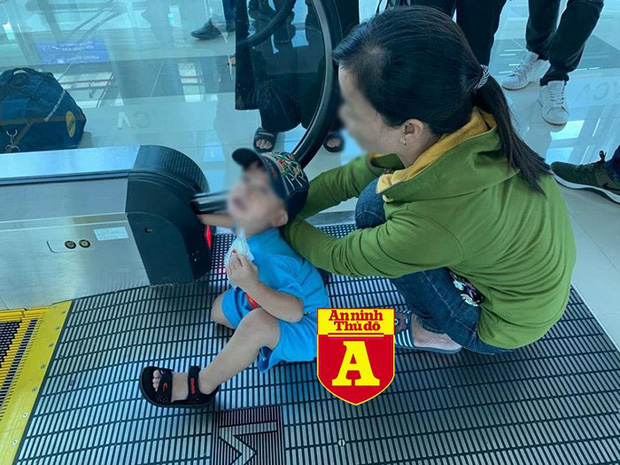 Bé trai bị kẹt tay vào thang cuốn tại sân bay Phú Quốc - Ảnh 1.