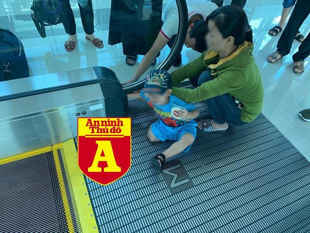 Bé trai bị kẹt tay vào thang cuốn tại sân bay Phú Quốc - Ảnh 2.