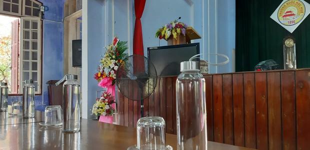Chuyên Quốc học Huế sử dụng chai thủy tinh trong lễ tổng kết, được khen ngợi vì ý thức bảo vệ môi trường - Ảnh 3.