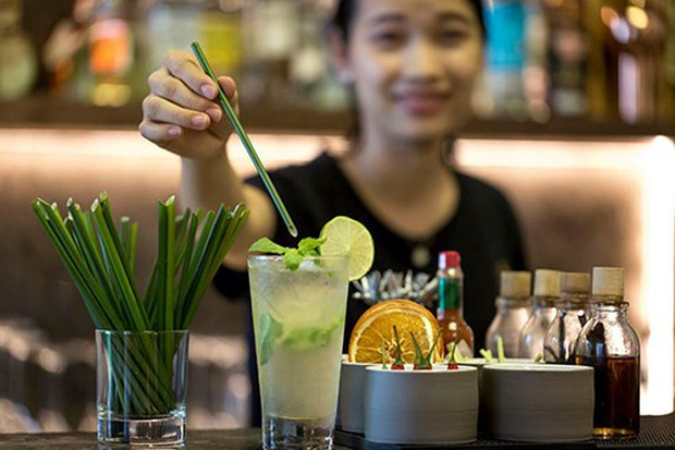 Chuyên Quốc học Huế sử dụng chai thủy tinh trong lễ tổng kết, được khen ngợi vì ý thức bảo vệ môi trường - Ảnh 1.