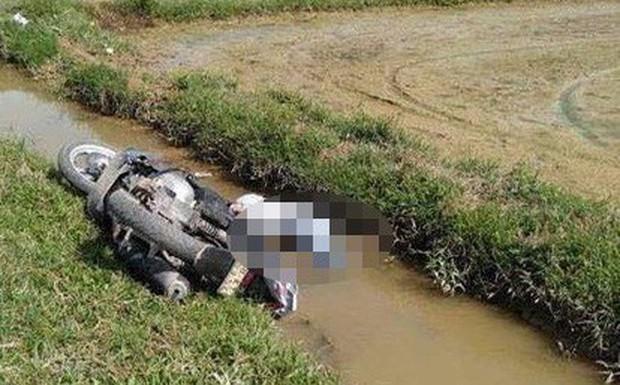 Phát hiện thi thể nam thanh niên bị xe máy đè dưới mương nước - Ảnh 1.