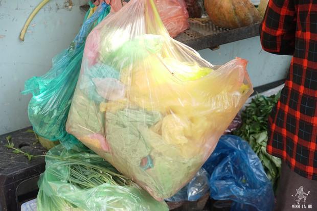 Người tặng tấm biển Tui bán rau, không bán túi nilon cho các sạp hàng ở Sài Gòn: Các cô chú làm được thì chúng mình cũng làm được! - Ảnh 4.