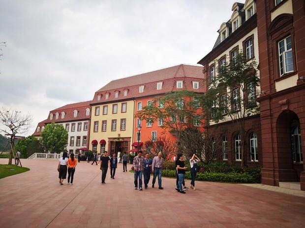 Đại bản doanh của Huawei ở Trung Quốc đẹp tựa châu Âu thu nhỏ, nhân viên đi làm mà cứ như đi nghỉ dưỡng - Ảnh 23.