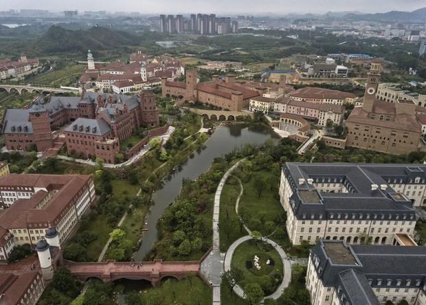 Đại bản doanh của Huawei ở Trung Quốc đẹp tựa châu Âu thu nhỏ, nhân viên đi làm mà cứ như đi nghỉ dưỡng - Ảnh 2.