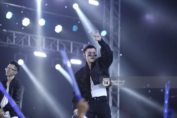 KARD và Ha Sung Woon khiến fan bấn loạn, Chi Pu và Hương Giang đẹp phát hờn bên dàn nghệ sĩ tại show Hàn-Việt - Ảnh 23.