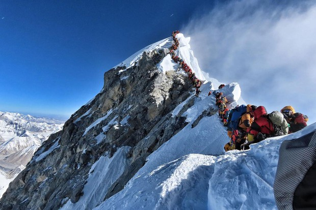 Tại sao lại có quá nhiều người bỏ mạng trên đỉnh Everest năm nay? - Ảnh 1.
